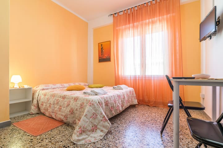 Large double room in city center chambres d 39 h tes for Chambre d hote sardaigne