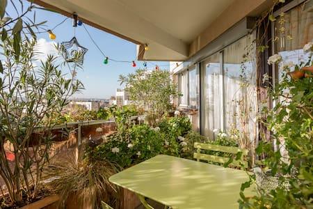 Une chambre très lumineuse/balcon
