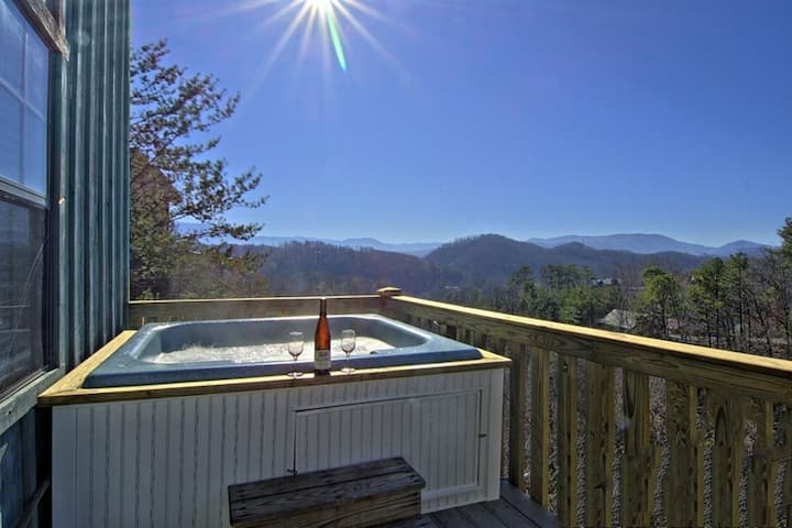 MTN  View! Hot tub! Great for Couples or Families!