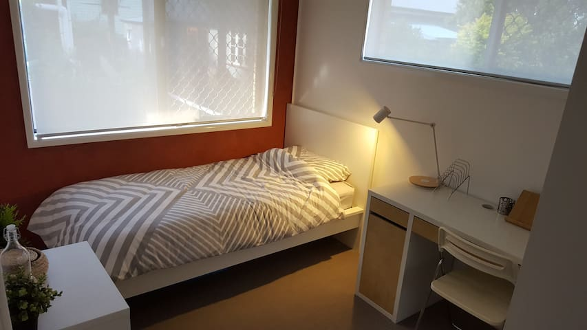Comfortable and clean single bed in Annerley - Annerley - Apartment