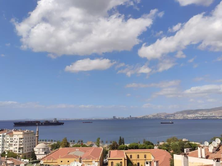 İzmir Merkezde Deniz Manzaralı Tam Eşyalı Daire