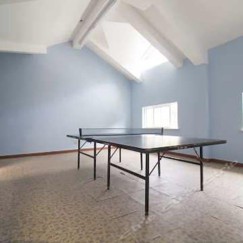 顶楼30平米宽敞明亮的乒乓球室!可以自由运动!