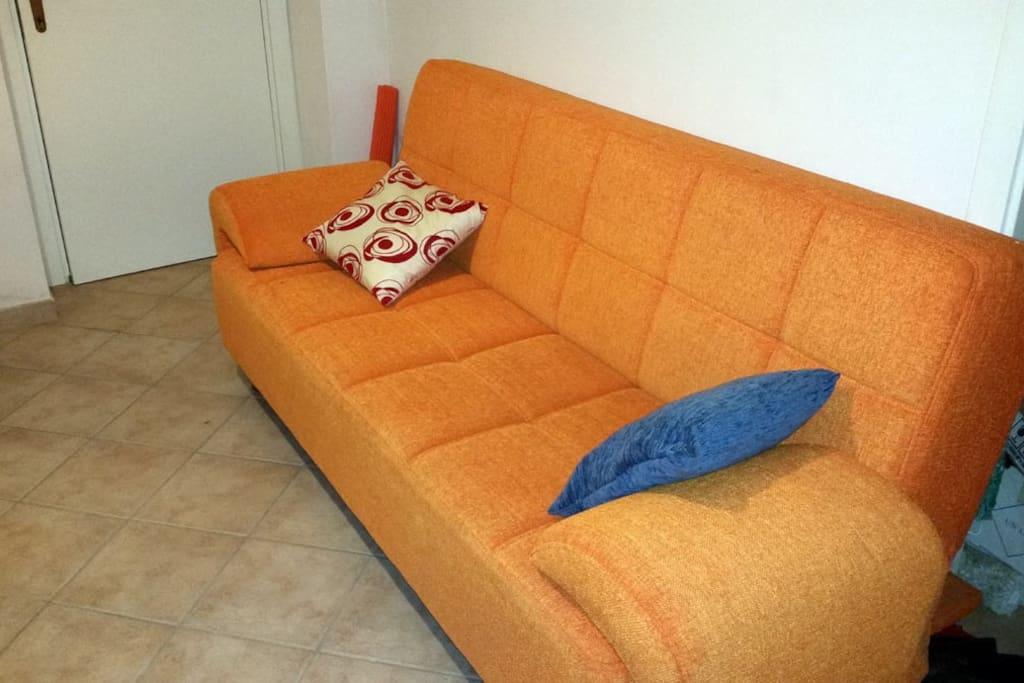 Particolare del divano letto, ribaltabile e spazioso (1 piazza e mezzo ideale per una persona o due se in coppia)