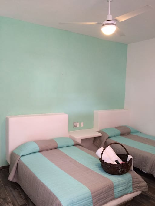 Habitación con dos canas matrimoniales. Incluye uso de toallas y sabanas.