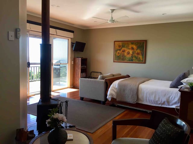 Queen size bed overlooking the view. Crispy white linnen with electric under-blanket for chilly mountain air nights!