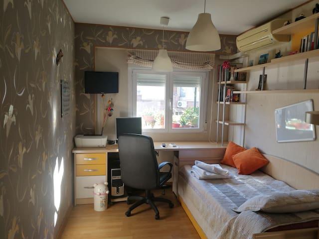 Habitación luminosa y buena comunicación