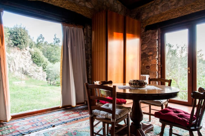 """""""Dafne"""" Family Suite cozy Stonehouse in the woods"""