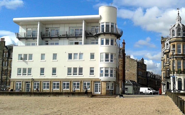 Modern Luxury Beachside Apartment