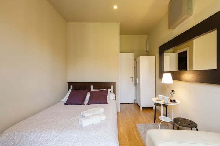 GREAT LOCATION   &  BALCONY PRIVATE ROOM BARCELONA