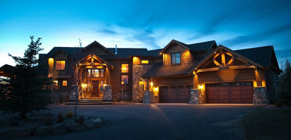 8,000 sq/ft Lodge Near Yellowstone - Ashton