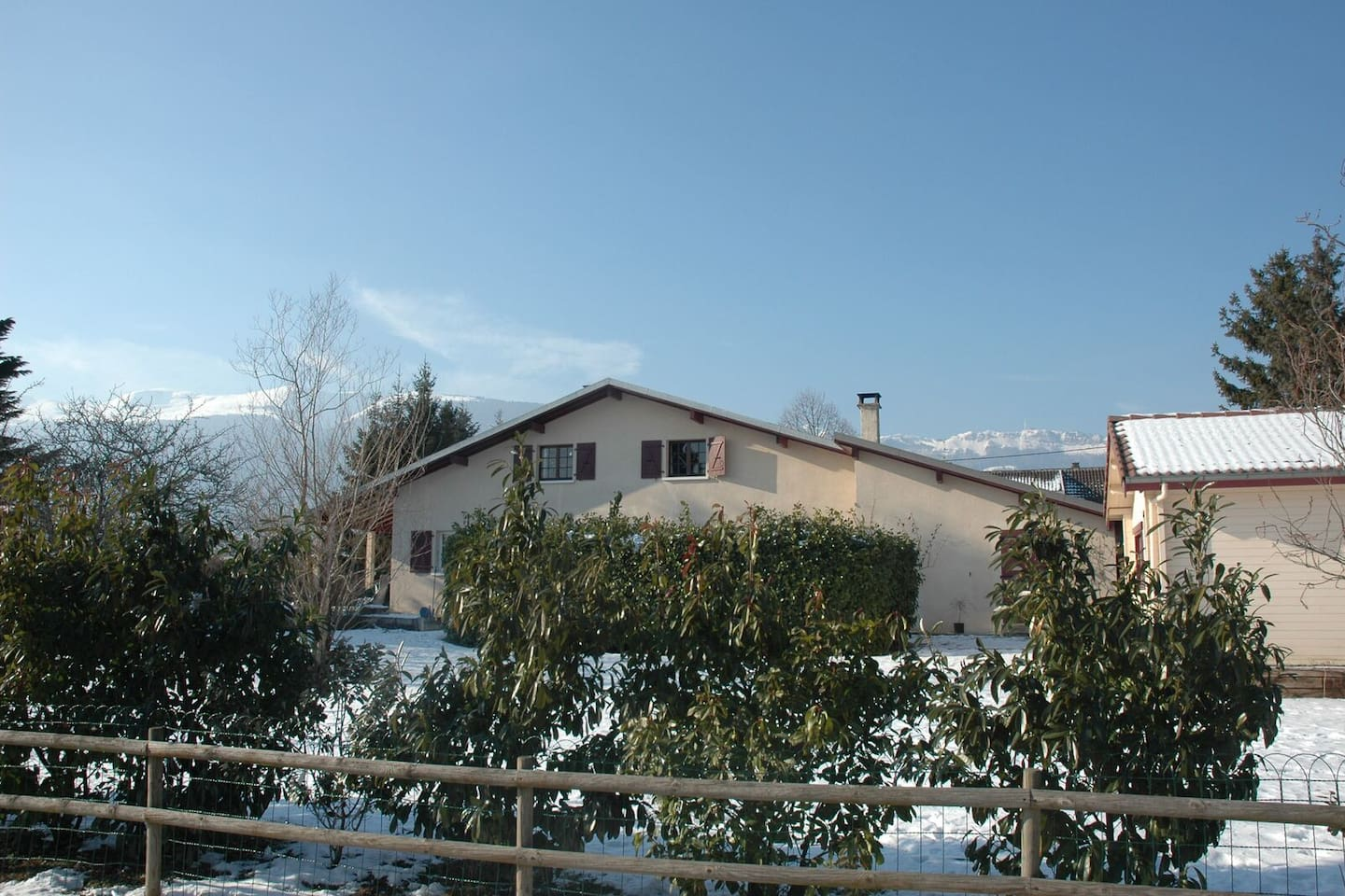 Studio apartment in the charming French village of Cessy only 15 minutes from Geneva.  Own entrance, parking space and patio overlooking the Jura mountains one way and Mont Blanc the other.