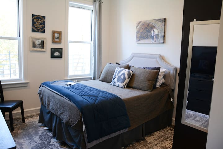 2 bed, 2 bath in Greenpoint, cozy holiday escape!