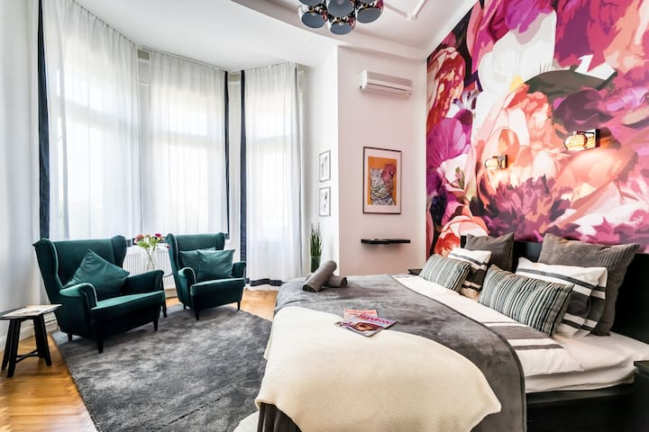 True Colors of Art Apartment with balcony, A/C