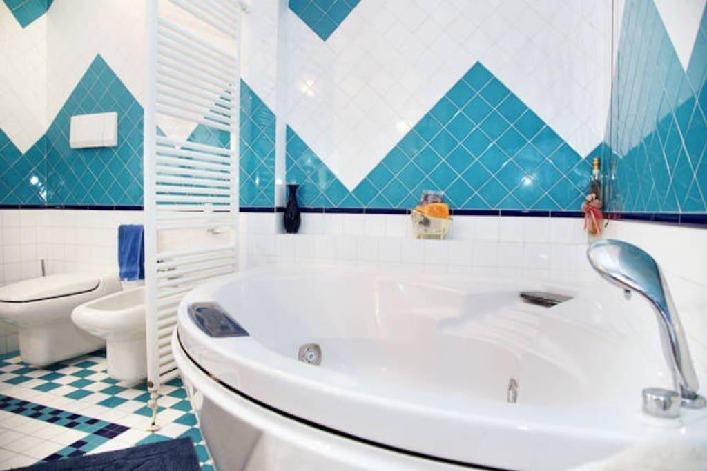 Stanza da bagno con vasca e doccia