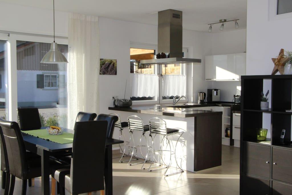 ...mit voll ausgestatteter Einbauküche