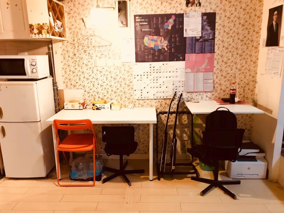 专属就餐区及书桌,方便您就餐/办公/学习,还有彩色复印打印扫描传真一体机~