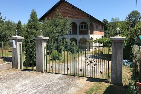 Cozy villa in calm area! (Gladno Polje)