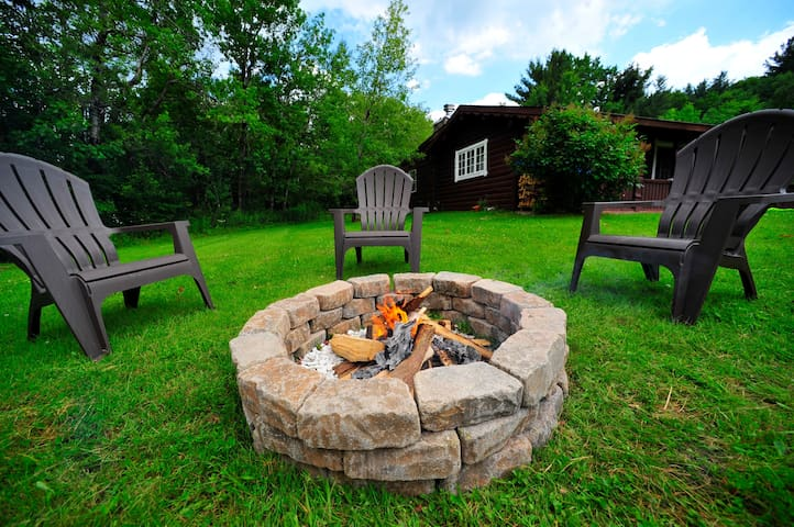 Bearfoot Lodge Cabin 4 mins from Windham Mountain!