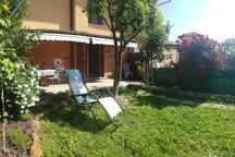 Giardino ed ingresso casa dal patio