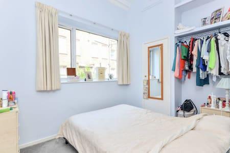 Eclectic, Cozy Double Bedroom in West London - Apartment