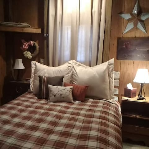 Rustic country bunkhouse located near Paducah Ky