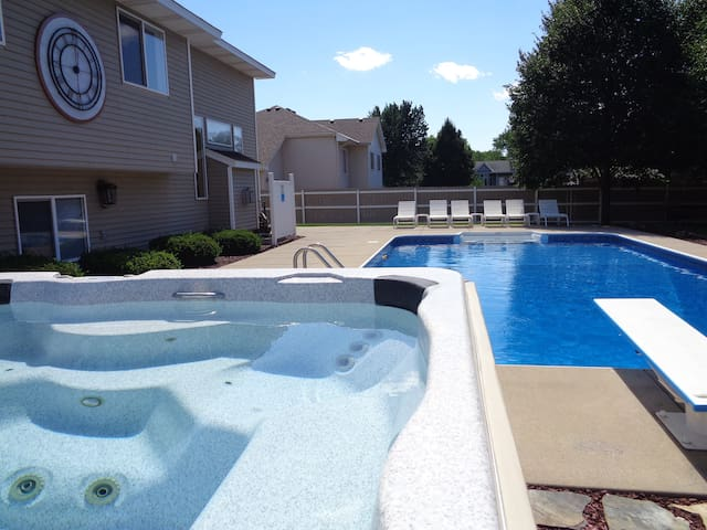 Hot Tub & Pool! Close to National Sports Center! - Minneapolis - Casa