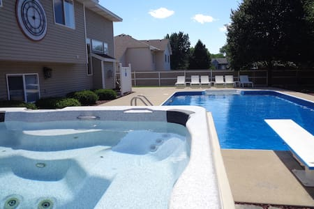 Hot Tub & Pool! Close to National Sports Center! - Minneapolis - House