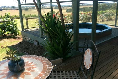 Escape to a Vineyard in Gippsland - Drouin South