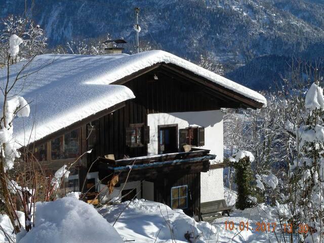 Verschneites Haus - Eingangsseite