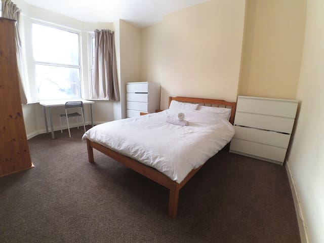 Budget large double bedroom near city centre 2|98