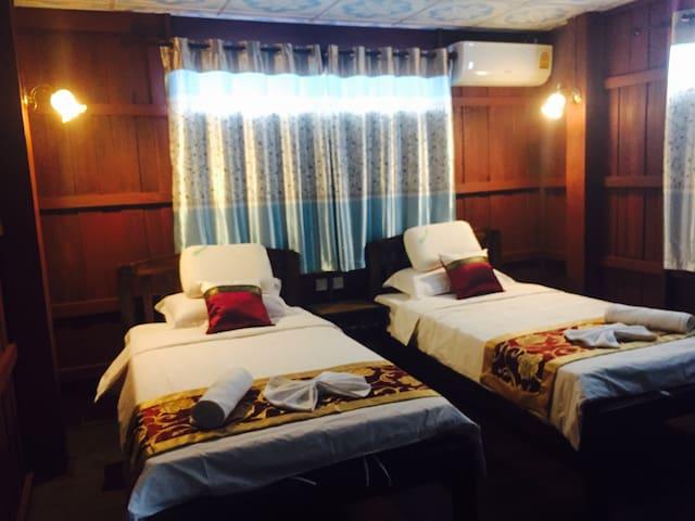 Wooden Hostel 木楼客栈70平米两室一厅双标间套房,预订3日(含三日)以上赠送免费接送机 - Chiang mai - House