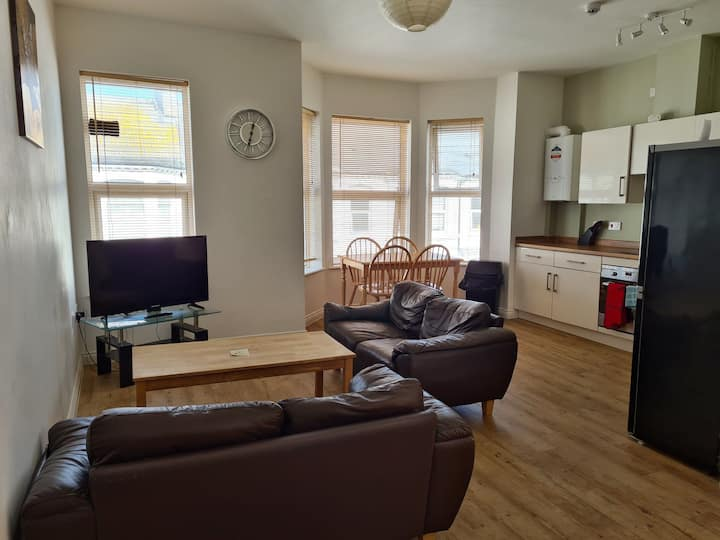 Lovely 2 Bed Apt, WIFI, Close to Beach