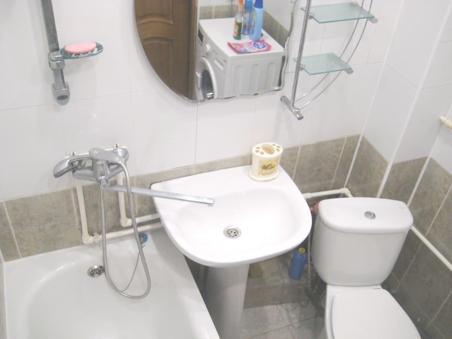 Ванная комната : унитаз, ванна, раковина, стиральная машина