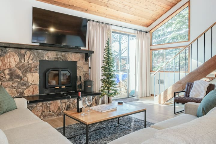 Airy Alpine Townhome with Shared Hot Tub and WiFi, a short stroll to town