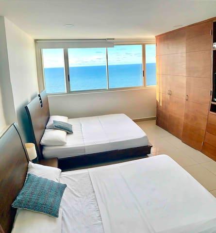 Habitación con cama doble y cama sencilla. Bedroom with double bed and single bed.