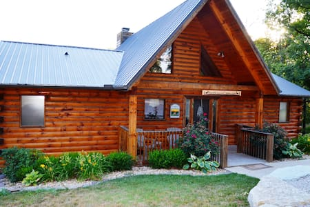Huge Luxury Log Cabin w/ Private Hot Tub/Grill/Fireplace. Lots of Room & Beds - Ridgedale