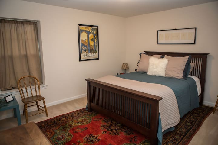 Private room with Queen bed. - Woodbridge - House