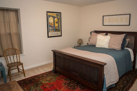Private room with Queen bed. - Woodbridge