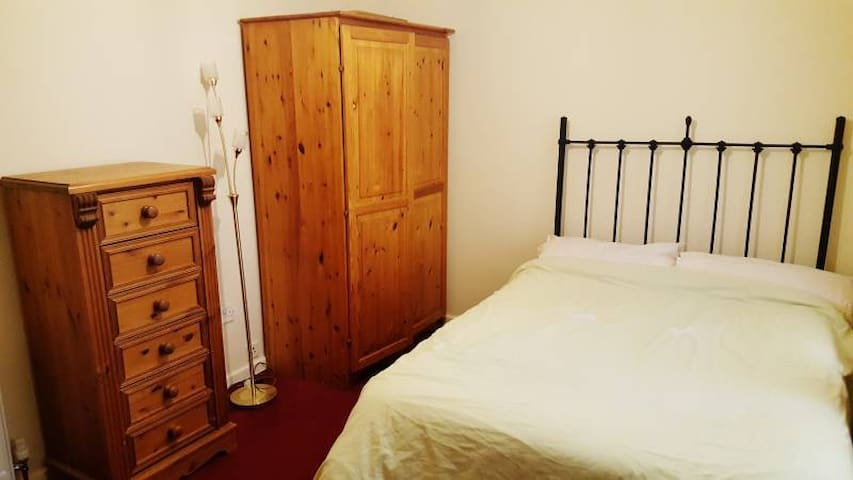 Cosy Double Room, close to Newcastle Racecourse.