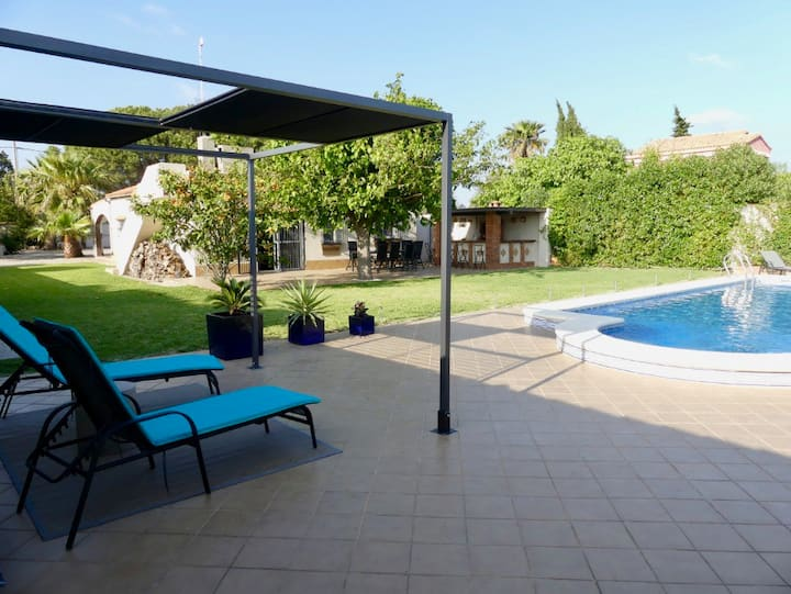 Villa with big pool in a quiet residential area