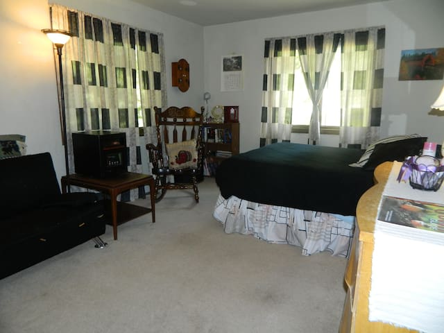 HOMESHARE at ROSE'S COZY MOUNTAINVIEW Duplex - Rutland - House