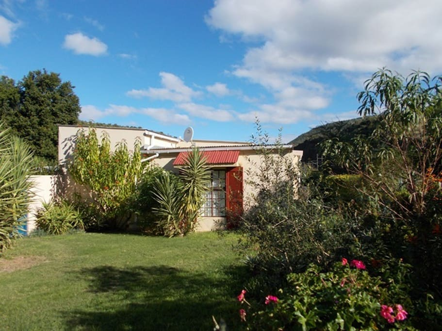 Hein's Cottage - self contained, private patio and BBQ area