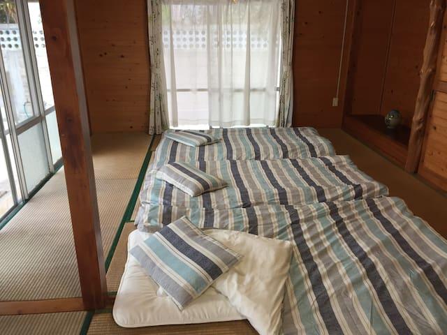 お布団だと、お子様と寝るのも安心 futon style in the tatami room