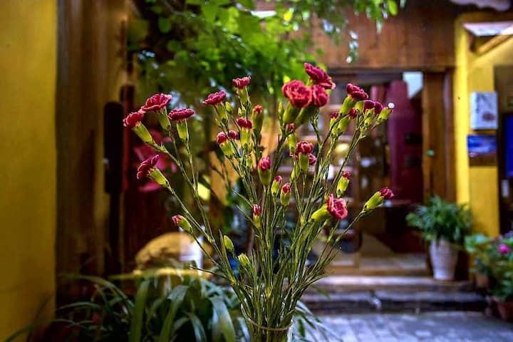 古城内木府纳西风格一楼阳光特价房,丽江最不缺的是阳光,蓝天最容易浪费的是时光,一间有温度的院子。