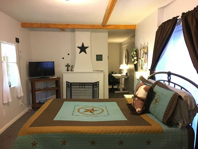 The Texas Suite at Wolflin (No cleaning fees!)
