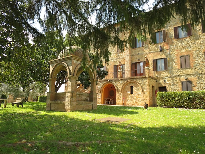 Bright and spacious country apt:  views of Siena