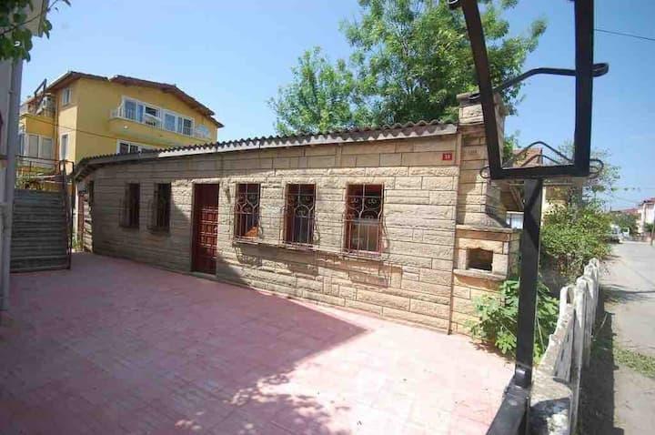 Ağva merkez'de müstakil girişli 1+1 küçük ev.