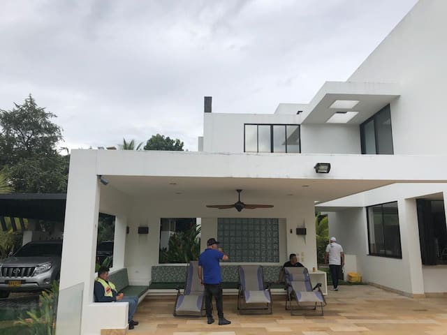 Casa moderna campestre con piscina en Melgar
