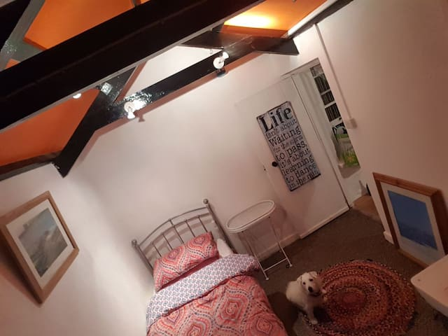 Small single room minutes from beach