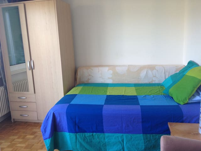 Large private bed room in Meryin